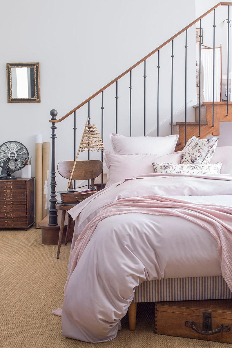 chambre et escaliers rose pâle