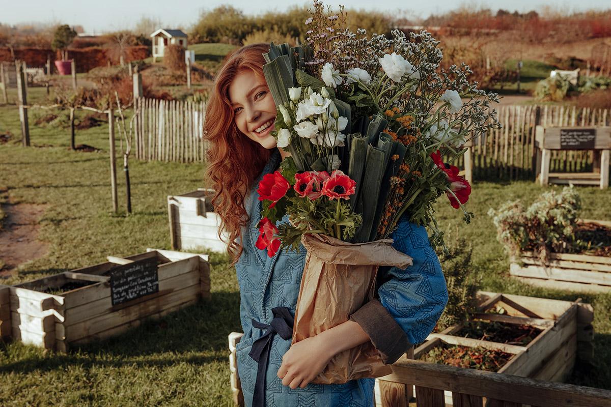 fille avec bouquet de fleurs dans potager